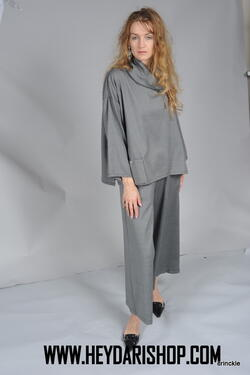 Stunning gray wool top with pocket on the bottom right for more character. Loose fitting and suitable for any body shape. Pair it with matching trousers (also available in store), and you're set!